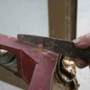 arte con sega chiodi e martello
